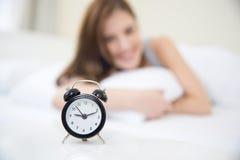 Mujer feliz que despierta por la mañana Foto de archivo libre de regalías