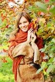 Mujer feliz que detiene a Autumn Leaves en su mano fotografía de archivo