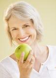 Mujer feliz que detiene a la abuelita Smith Apple Fotografía de archivo libre de regalías