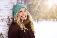 Mujer feliz que disfruta de día soleado en invierno Fotos de archivo