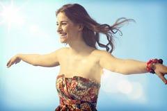 Mujer feliz que disfruta de la libertad imagenes de archivo