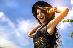 Mujer feliz que disfruta de la libertad al aire libre en fondo del cielo fotografía de archivo libre de regalías