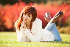 Mujer feliz que disfruta de la vida en el parque de la primavera Fotos de archivo