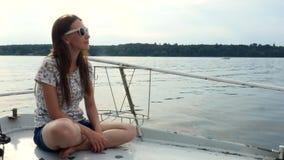 Mujer feliz que disfruta de viaje del verano en el arco de la nave Concepto de las vacaciones Opinión del mar almacen de metraje de vídeo