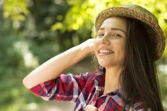 Mujer feliz que disfruta del día de verano que se divierte en parque Imágenes de archivo libres de regalías