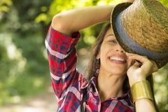 Mujer feliz que disfruta del día de verano que se divierte en parque Imagenes de archivo