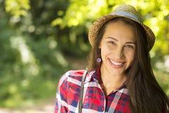 Mujer feliz que disfruta del día de verano que se divierte en parque Fotografía de archivo libre de regalías