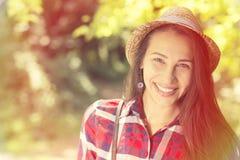 Mujer feliz que disfruta del día de verano que se divierte en parque Foto de archivo libre de regalías