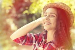 Mujer feliz que disfruta del día de verano que se divierte en parque Foto de archivo