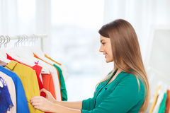 Mujer feliz que elige el guardarropa de la ropa en casa Fotografía de archivo libre de regalías