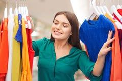 Mujer feliz que elige el guardarropa de la ropa en casa Foto de archivo