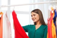 Mujer feliz que elige el guardarropa de la ropa en casa Fotografía de archivo