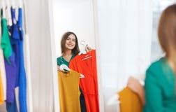 Mujer feliz que elige el guardarropa de la ropa en casa Imagen de archivo