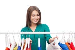 Mujer feliz que elige el guardarropa de la ropa en casa Fotos de archivo