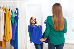 Mujer feliz que elige el guardarropa de la ropa en casa Fotos de archivo libres de regalías