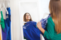 Mujer feliz que elige el guardarropa de la ropa en casa Imágenes de archivo libres de regalías