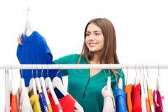 Mujer feliz que elige el guardarropa de la ropa en casa Imagenes de archivo