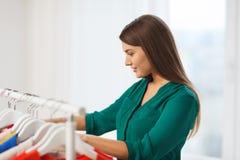 Mujer feliz que elige el guardarropa de la ropa en casa Foto de archivo libre de regalías