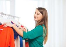 Mujer feliz que elige el guardarropa de la ropa en casa Imagen de archivo libre de regalías