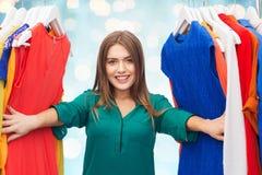 Mujer feliz que elige la ropa en el guardarropa Fotos de archivo libres de regalías