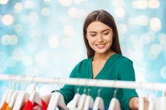 Mujer feliz que elige la ropa en el guardarropa Fotografía de archivo