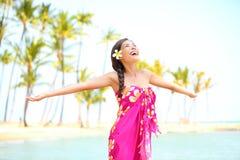 Mujer feliz que elogia la libertad, Palm Beach en sarong Imágenes de archivo libres de regalías