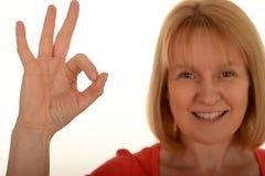 Mujer feliz que gesticula muy bien Fotos de archivo libres de regalías
