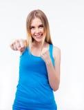 Mujer feliz que golpea la cámara Fotografía de archivo