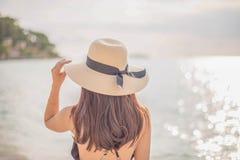 Mujer feliz que goza de la playa foto de archivo