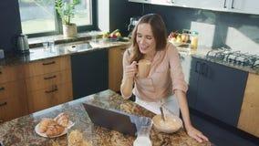 Mujer feliz que habla en el ordenador Persona sonriente de arriba hacia abajo que tiene charla en línea