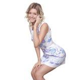 Mujer feliz que habla en el teléfono celular Fotos de archivo libres de regalías