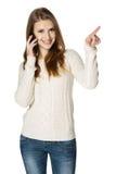 Mujer feliz que habla en el teléfono celular y que señala a la cara Fotografía de archivo libre de regalías