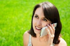 Mujer feliz que habla en el teléfono elegante Foto de archivo