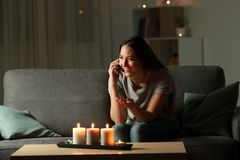 Mujer feliz que habla en el teléfono en la noche Fotos de archivo libres de regalías