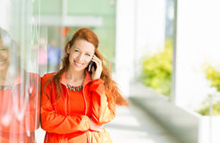 Mujer feliz que habla en el teléfono móvil Fotografía de archivo
