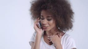 Mujer feliz que habla en su teléfono - aislado sobre el fondo blanco metrajes