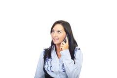Mujer feliz que habla por el móvil del teléfono Fotos de archivo libres de regalías