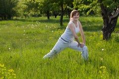 Mujer feliz que hace aptitud en un parque Imagen de archivo libre de regalías