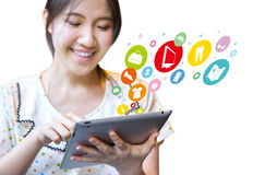 Mujer feliz que hace compras en línea Imagen de archivo