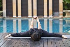 Mujer feliz que hace ejercicios de la yoga imagen de archivo libre de regalías