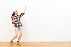 Mujer feliz que hace un gesto de ganador de la victoria Imagenes de archivo