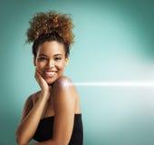 Mujer feliz que hace un procedimiento de la cosmetología del laser Foto de archivo