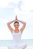 Mujer feliz que hace yoga en la playa Fotografía de archivo libre de regalías