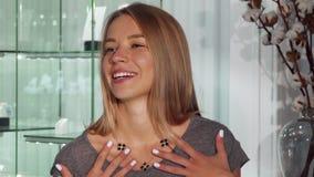 Mujer feliz que intenta en un collar en el boutique de la joyería almacen de metraje de vídeo