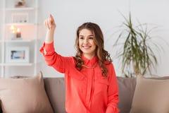 Mujer feliz que juega al juego de la realidad virtual en casa Fotos de archivo libres de regalías