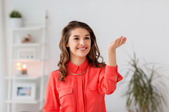 Mujer feliz que juega al juego de la realidad virtual en casa Foto de archivo