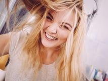 Mujer feliz que juega con el pelo mojado Imagen de archivo libre de regalías