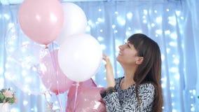 Mujer feliz que juega con los globos almacen de video