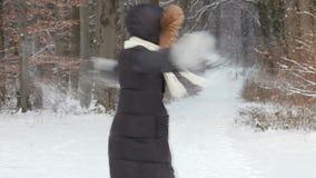 Mujer feliz que juega con nieve almacen de video