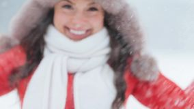 Mujer feliz que juega con nieve al aire libre en invierno metrajes